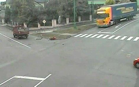 Cyklistovi vjel do cesty náklaťák.
