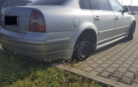 Chybějící zadní pneumatika muži vůbec nevadila...