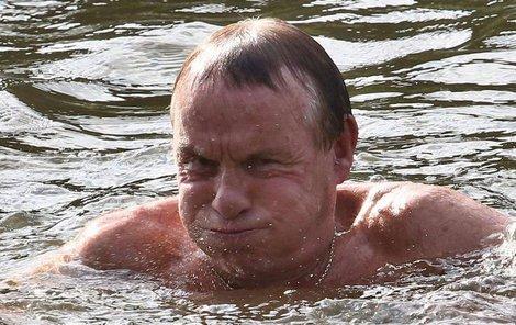 V jeho tváři je vidět, že voda opravdu není nejteplejší.
