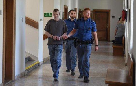 Lázničku přivedla eskorta k soudu rovnou z vazby.