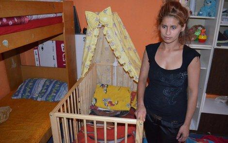 Zlomená maminka Ivana Č. u postýlky, v níž zemřel její nejmladší syn Pavlík.