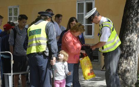 Bezpečnostních opatření na Pražském hradě přibývá...