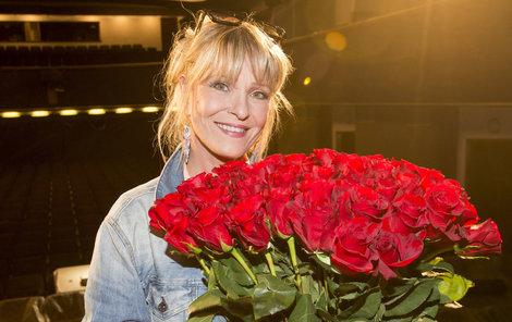 Chantal dostala plnou náruč růží.