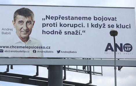 """Hnutí ANO   """"Hnutí ANO se podařilo v českém prostředí vizuálně odlišit, což bylo velmi obtížné, protože se voleb běžně účastní desítky různě velkých stran. Jejich vizuál je velmi čistý, převažuje bílá a lídři jsou oblečeni většinou do bílé košile.""""   """"Oproti »klasickým« stranám se (šéf hnutí, pozn. red.) Babiš se vymezil i tím, že na billboard uvedl kontakty přímo na sebe a ne na stranický web. Aktivně vyzval voliče k dialogu, a tím dal jasně najevo, že se zajímá o jejich problémy a tedy že voličům rozumí.""""   """"Nepředstavuje žádný programový bod, je to jiný typ kampaně, na kterou by programové body měly teprve navázat."""""""