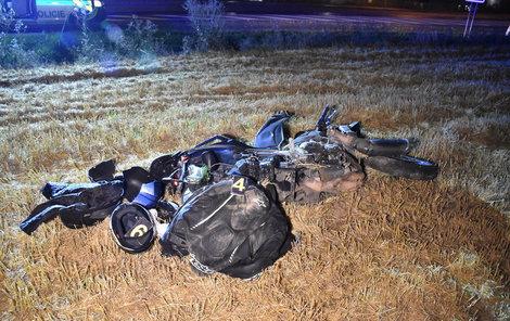 Motorkář zůstal se svým strojem v poli, daleko od silnice.