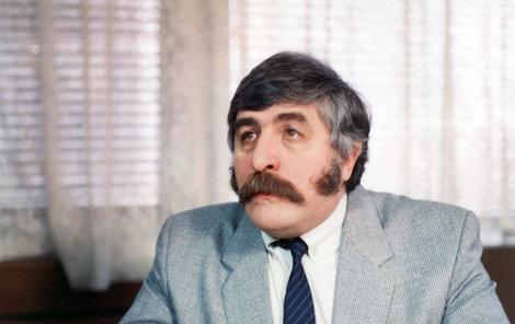 """Július Satinský jako inženýr Křeček v seriálu """"Křeček v noční košili""""."""
