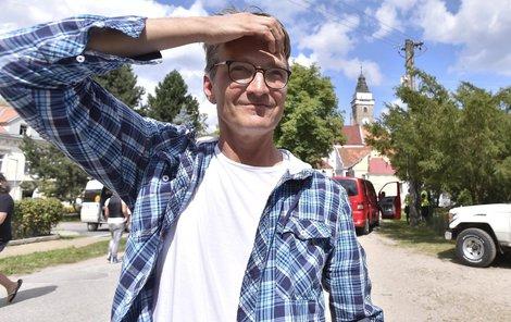 Režisér Jan Svěrák při natáčení filmu Po strništi bos.