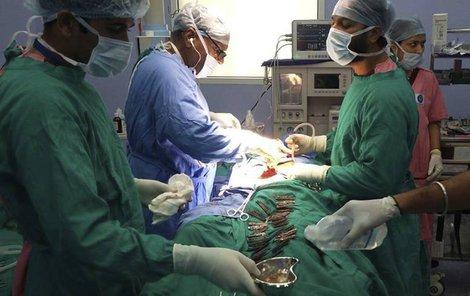 Takový případ chirugové nezažili – z břicha vyndali 40 nožů.
