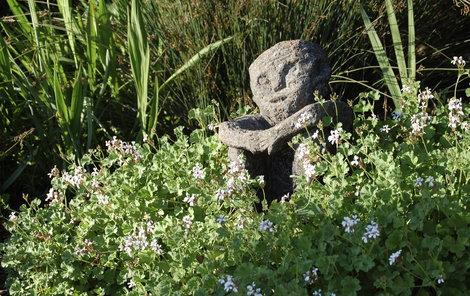 Mnoho magických zahradníků a zahradnic na ní buduje oltář pohanským bohům.