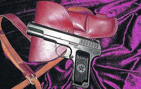 Za pasem měl pistoli...