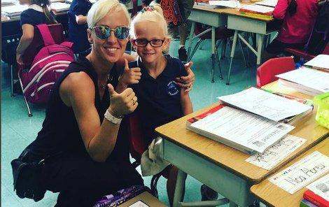 Belohorcová s dcerou Salmou u školní lavice.