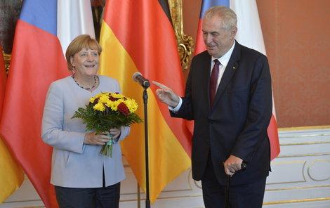 V šest večer se Merkelová setkala s českým prezidentem Milošem Zemanem.