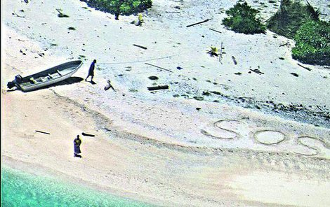 Zoufalý pár napsal velké SOS do písku.