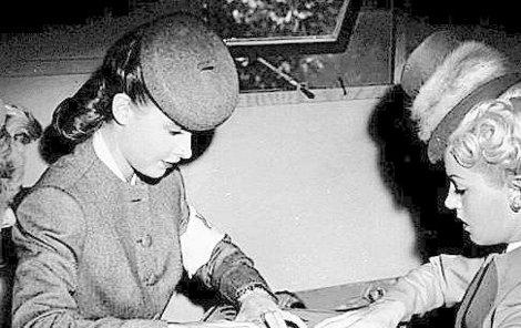 Deska ouija byla populární napříč dekádami i společenskými vrstvami. Ano, hrály i paničky z lepších kruhů.