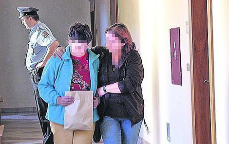 Na chodbě soudu se svojí matkou chvíli po propuštění.