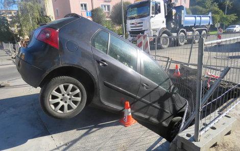 Šoférka zapíchla své auto čumákem do této díry.