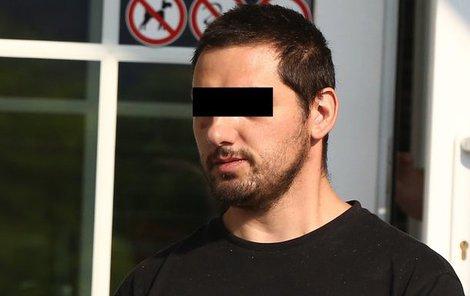 Zdeňka H. odvádějí policisté od soudu poté, co ho poslal do vazby.