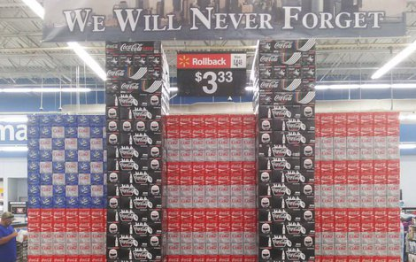 Takhle si Coca-Cola připomněla 15. výročí útoků.