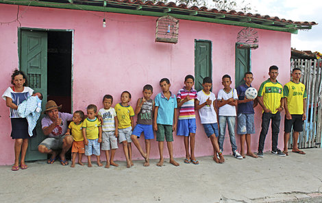 Zleva: Jucicleide (máma) Ronaldo (1 měs.) Irineu (táta) Rafael (2) Railson (3) Ramires (5) Riquelme (7) Ricon (9) Ramon (10) Ruan (12) Rivaldo (13) Rubem (14) Rauan (15) Reinan (17) Robson (18)