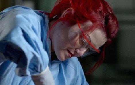 Doktorka Carla Valentine během pitvy obézní Američanky.