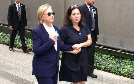 11. září. Kandidátka na prezidentku USA se skácela k zemi.