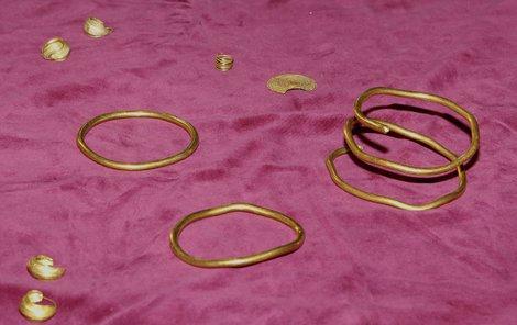 Zlaté spirálové náramky a další šperky byly nalezeny v mohyle ženy.