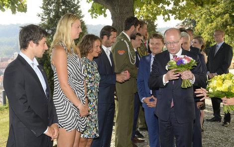 """""""Hezkým tenistkám, hezké kytičky,"""" jako by si říkal premiér Bohuslav Sobotka."""