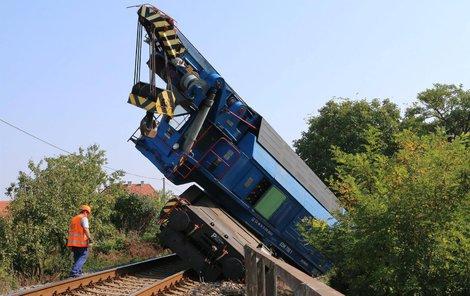 Vyprošťovací vlak vykolejil a převrátil se.