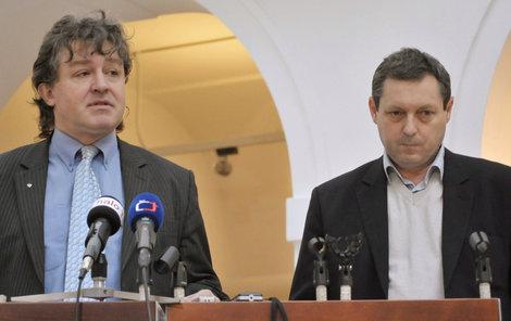 Jiří Maštálka (vpravo) se stranickým kolegou Jiřím Dolejšem.