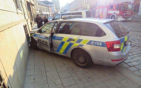 Policisté havarovali a jeden z nich se přitom zranil.