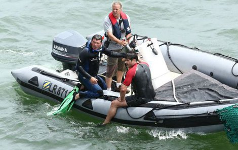 Bez záchranných člunů a mužů s vysílačkami by to nešlo.