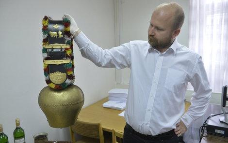 Mluvčí ÚZSVM Radek Ležatka drží alpský zvonec, i ten propadl státu...