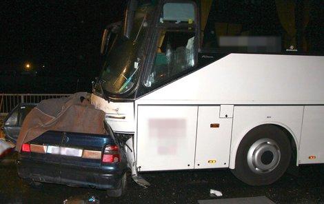Felicia plná Ukrajinců vjela přímo pod kola autobusu.