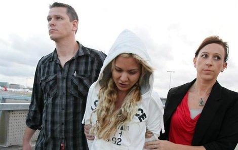 Krásku zatýká policie.