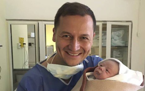 Těsně po porodu držel syna jako největší poklad na světě.
