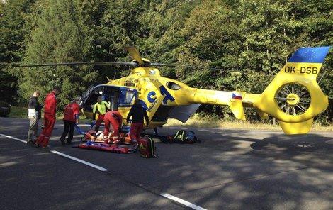 Pro zraněnou ženu přiletěl vrtulník.