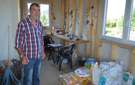 """""""Tak nevypadá dům za více než milion,"""" ukazuje nešťastný Marian Buček."""