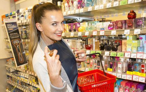 Alice se ráda rozšoupne u parfémů…