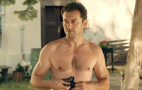 2016. To je panečku hrudník. Není divu, že herec nemá problém odhodit tričko.