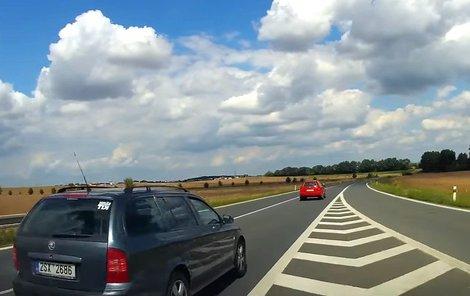 Šílenému řidiči nedělá problém předjet auta zprava.