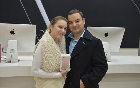 Studentka Lucie se svým přítelem byli první zákazníci, kteří si na Smíchově iPhone 7 koupili.