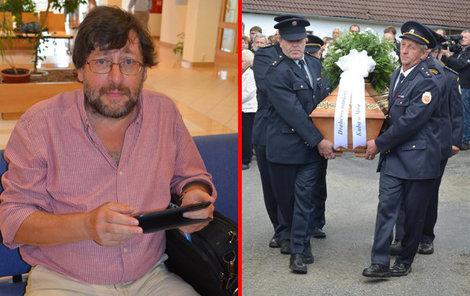 Rakev s kamarádem Jaroslavem a jeho dcerou vynesli z kostela místní hasiči.