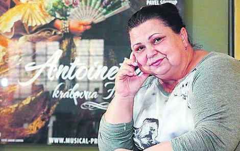 Ema Krahulíková ve foyer Divadla Hybernia.