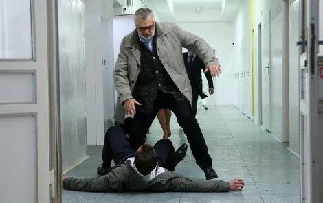Herec byl předem důkladně vyškolen, jak dát někomu pořádně do nosu.