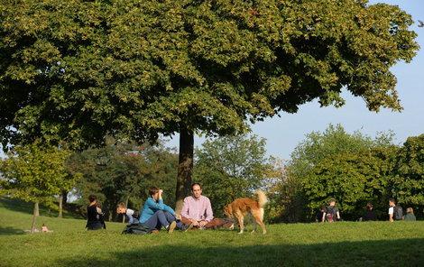 Pražané si babí léto užívali v parcích.