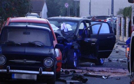 Na rovné cestě naboural do třech stojících aut.