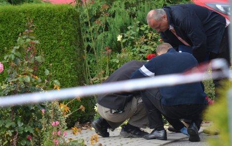Kriminalisté na místě nálezu granátu.