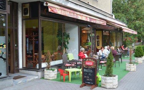 V této kavárně muže s miminkem zatkli policisté.