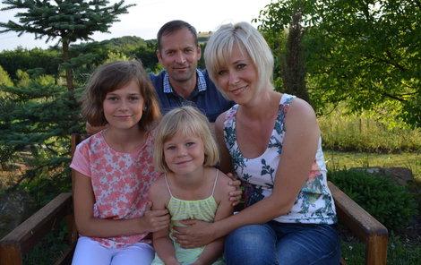 Zleva Terezka, Lucinka, maminka Markéta a táta Marek.