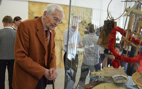 Miroslav Zikmund si prohlíží poklady dovezené z Indonésie.